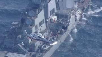 Издирват 7 американски моряци след сблъсък на разрушител с товарен кораб