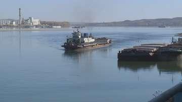 Нивото на Дунав продължава да пада и задържа блокираните кораби край Свищов