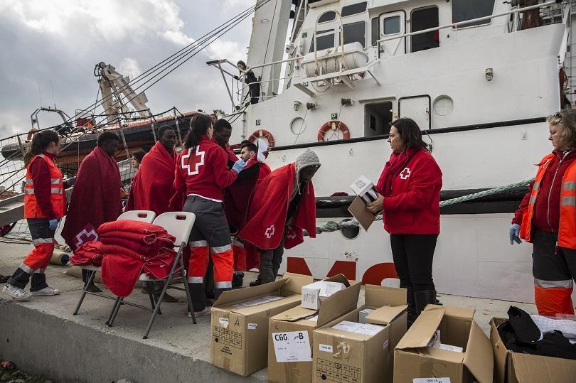 Снимка: Албански кораб спаси 111 нелегални мигранти в Егейско море