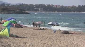 Проверките на плажа Корал продължават