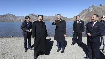 Лидерите на Северна и Южна Корея изкачиха смятан за свещен вулканичен връх