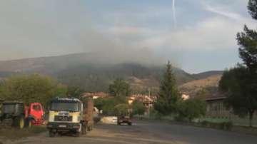 Продължава гасенето на пожара край Котел