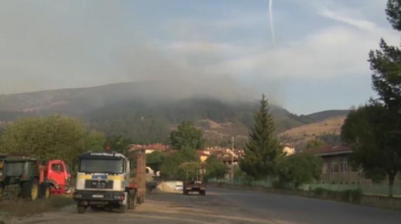 Продължава гасенето на пожара край Котел, който избухна вчера по