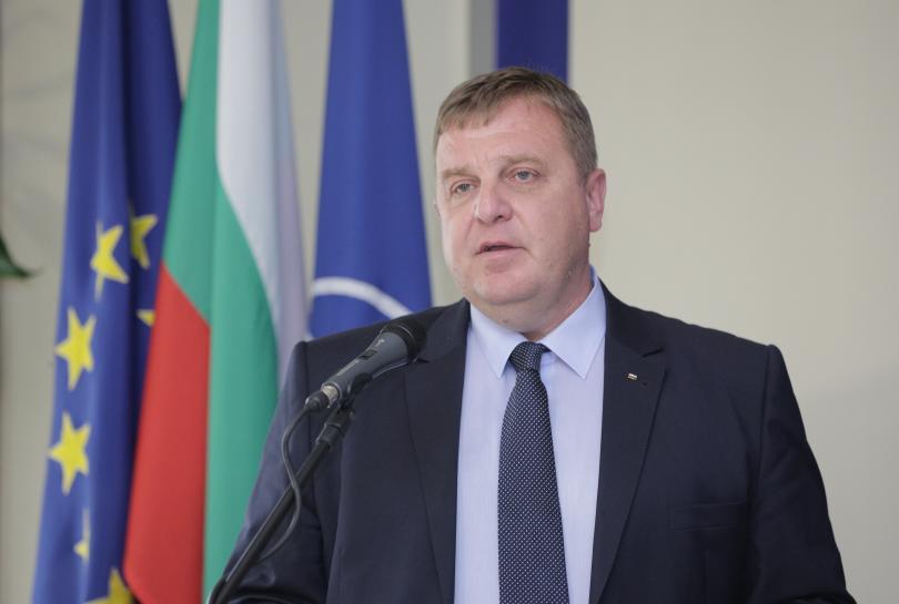 Вицепремиерът и военен министър Красимир Каракачанов коментира, че няма разкол