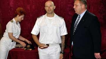 Наградиха спасителите, които се отзоваха, след като вертолет падна в Черно море