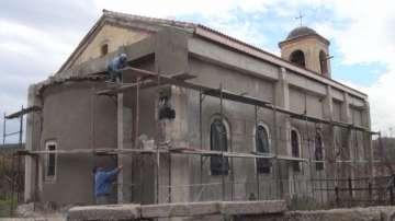 В Красново сами си ремонтират църквата