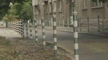 В района на столичния парк Заимов подменят здрави антипаркинг колчета