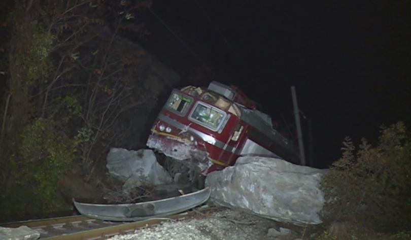 Осем души пострадаха след като скала се стовари върху релсите