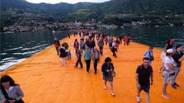 Хиляди преминаха по плаващите кейове на Кристо
