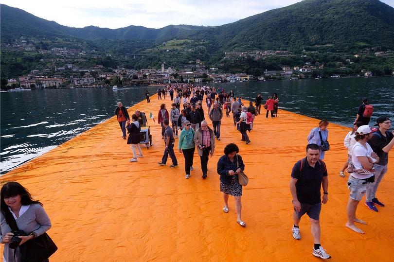 хиляди преминаха плаващите кейове кристо