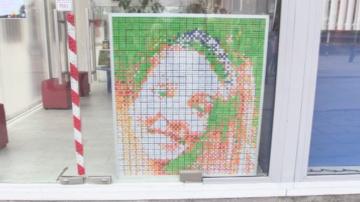 Млад мъж изобрази любимата си в пиксели с кубчета Рубик