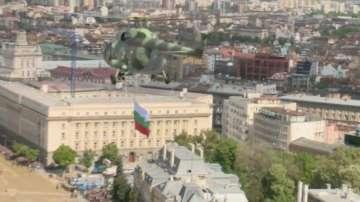 Вертолетът Кугър прелетя над площад Княз Александър Батенберг (снимки и видео)