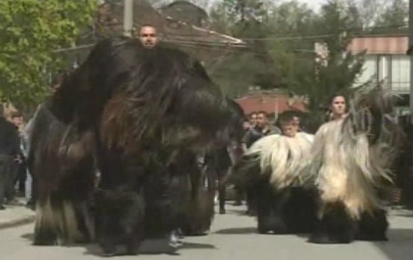 Кукери гонят злите духове в село Елешница днес. Всяка година