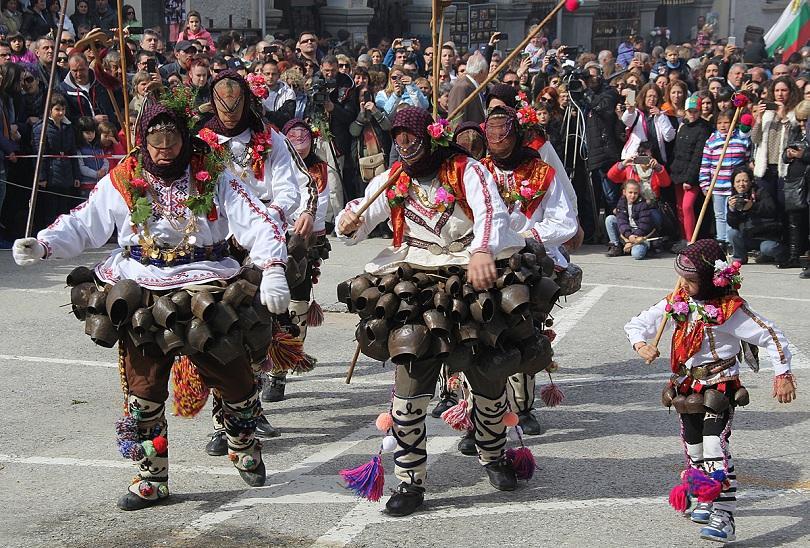 снимка 1 Широка лъка посрещна хиляди гости за кукерския празник