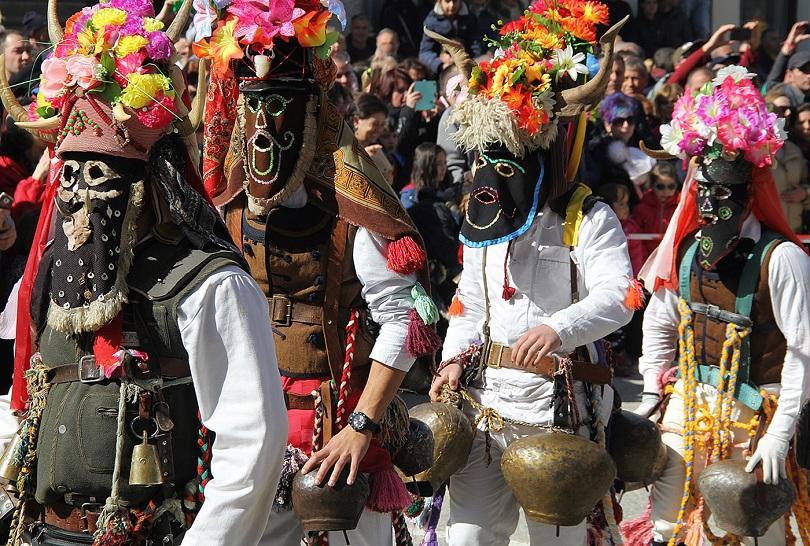 снимка 3 Широка лъка посрещна хиляди гости за кукерския празник