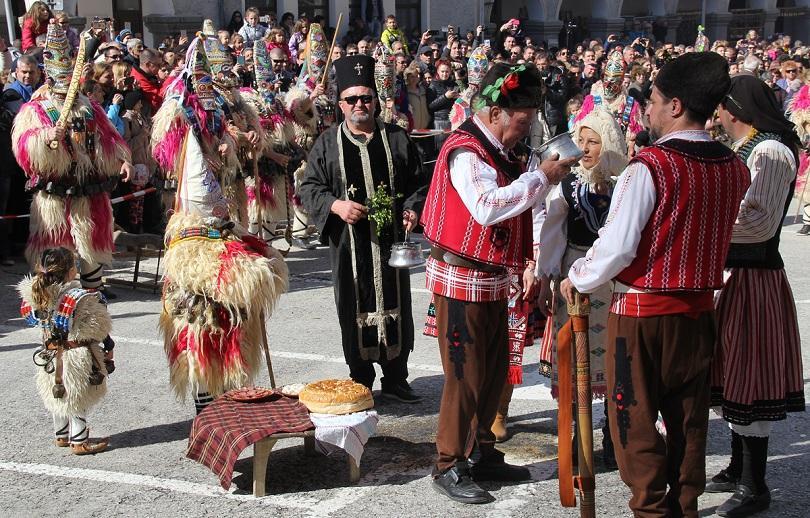снимка 5 Широка лъка посрещна хиляди гости за кукерския празник