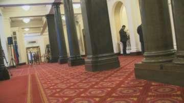 В кулоарите на парламента: преди и след клетвата на новата президентска двойка