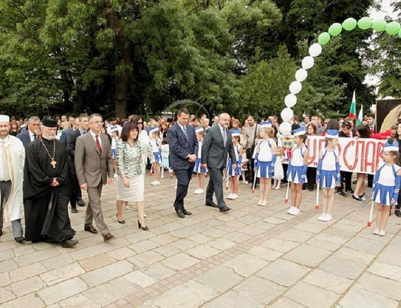 цвета караянчева остава сплотяващият българският празник