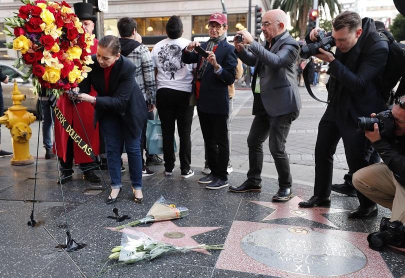 Светът на киното с почит към Кърк Дъглас