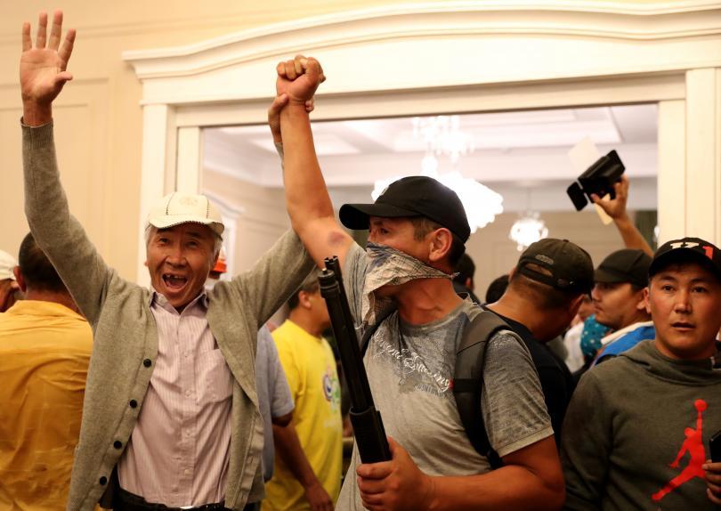 снимка 1 Един убит при неуспешен опит за арест на бившия президент на Киргизстан