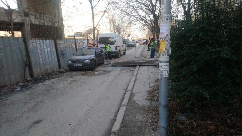 снимка 1 Бетонен къс смаза кола в София - кой носи отговорност?