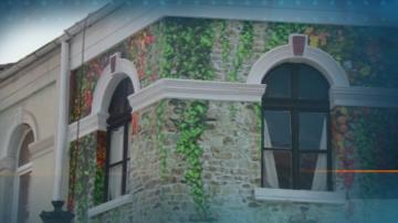 Комисия в Пловдив оглежда сградата паметник на културата, облепена с тапети