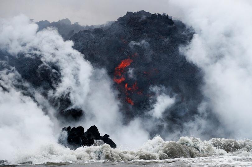 Вулканична лава рани 22-ма души на туристическо корабче на Хаваите