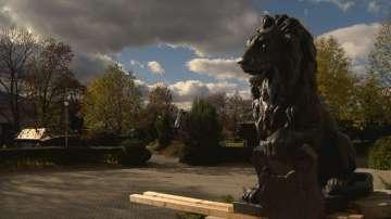 Монтират реставрирания лъв пред НДК