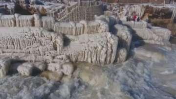 Водопадът Хукоу се превърна в леден пейзаж