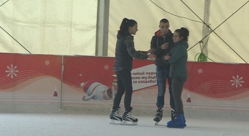 снимка 1 Най-голямата ледена пързалка на Балканите отново радва столичани