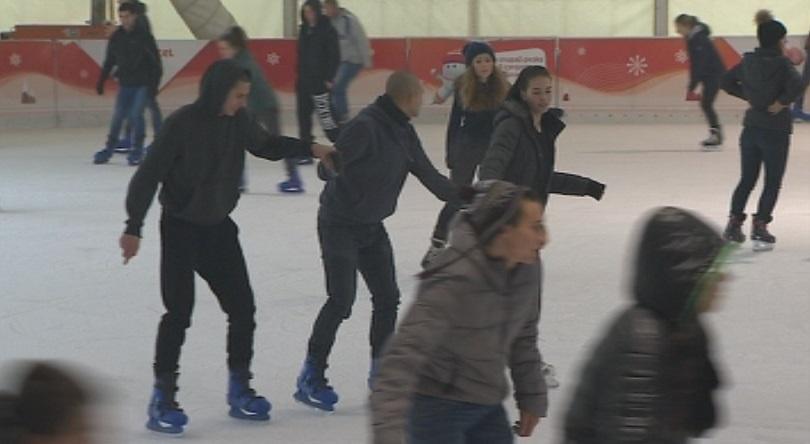 снимка 3 Най-голямата ледена пързалка на Балканите отново радва столичани