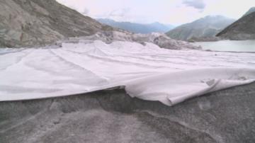 Пазят швейцарски ледник от горещините с платнища