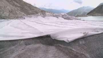 Заради горещините: Покриват с платнища Ронския ледник в Швейцария