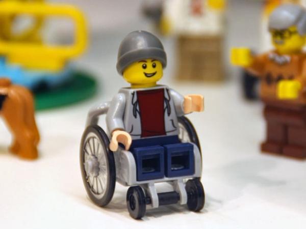 """Пораснали фенове на """"Лего"""" протестират срещу възрастова дискриминация"""