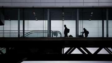Задържаният самолет на парижко летище излетя след извършената проверка