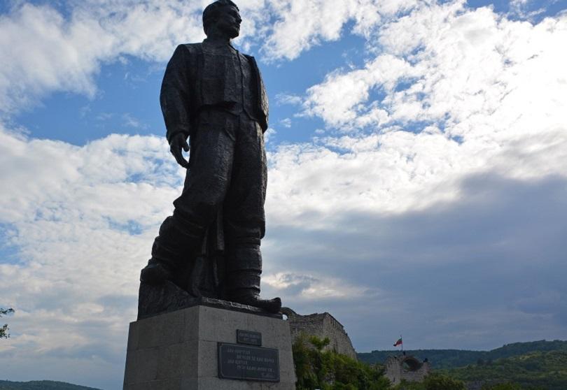 снимка 1 Вандали оскверниха паметника на Левски в Ловеч