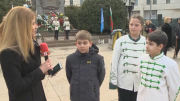 Ученици със специална програма пред Паметника на Апостола в столицата
