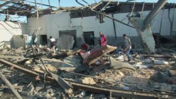 Най-малко 44 души загинаха при въздушен удар срещу мигрантски център в Триполи