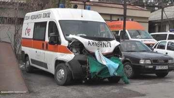 Такси блъсна линейка в София