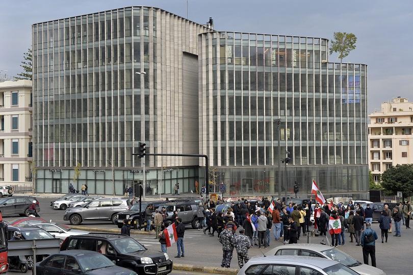 Пред сградата на парламента в Бейрут избухнаха сблъсъци между демонстранти