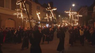Факли, барут и чучело на Борис Джонсън по улиците на нощен Лондон