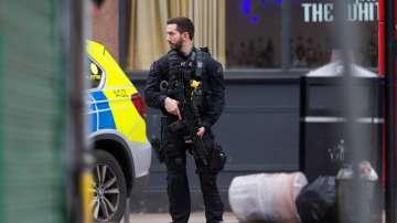 Мъж беше застрелян от полицията в Лондон, атакувал хора с нож
