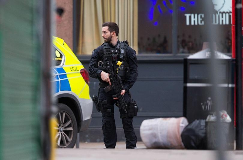 Мъж беше застрелян от полицията в Лондон, съобщи БиБиСи. Преди