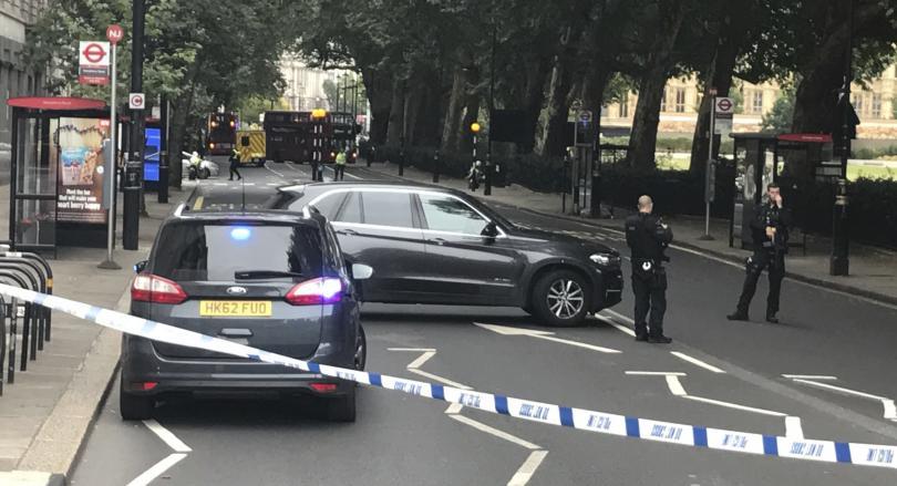 снимка 1 Кола се вряза в огражденията на британския парламент в Лондон