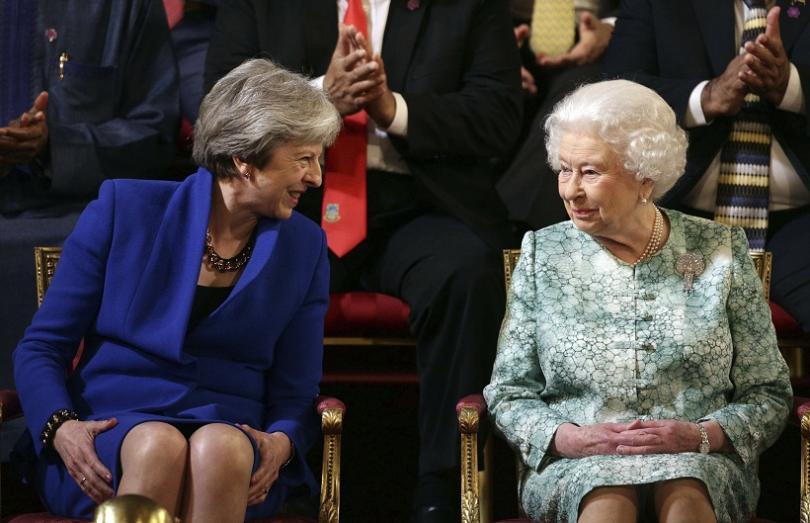 Британският премиер Тереза Мей (ляво) разговаря с кралица Елизабет II (дясно