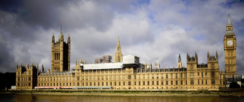 Намереният по-рано днес подозрителен пакет в британския парламент е съдържал