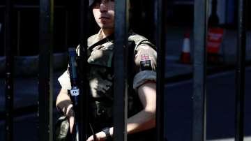 Евакуация в лондонски супермаркет заради мъж, въоръжен с нож