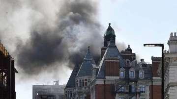 Гори един от най-луксозните хотели в Лондон