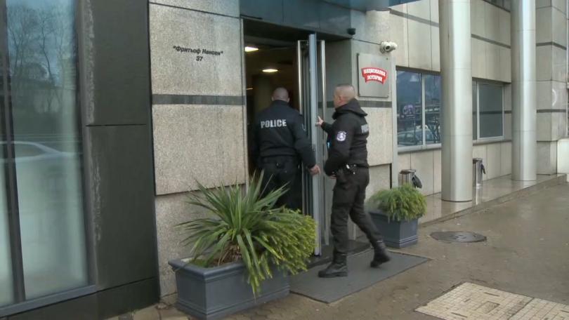 Служители на полицията провеждат акция в сградата на Националната лотария