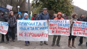 Протест заради разрушаването на коритото на река Вит